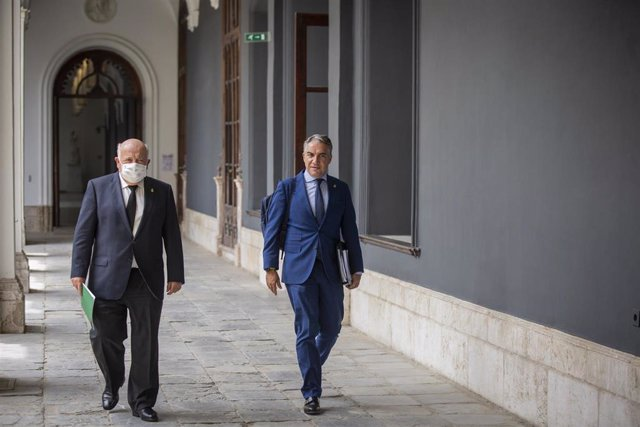 El consejero de Presidencia, Elías Bendodo (d) y el consejero de Salud y Familias, Jesús Aguirre (i) a su llegada a la rueda de prensa posterior al Consejo de Gobierno de la Junta de Andalucía.