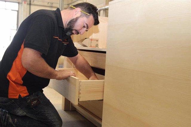 Un trabajador del sector del mueble a medida de Valverde del Camino (Huelva).