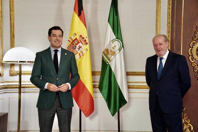 El presidente de la Junta de Andalucía, Juanma Moreno, junto al presidente de la Federación Andaluza de Municipios y Provincias (FAMP), Fernando Rodríguez Villalobos.