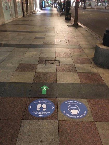El Ayuntamiento coloca pegatinas en las aceras de varias calles informando a peatones como circular
