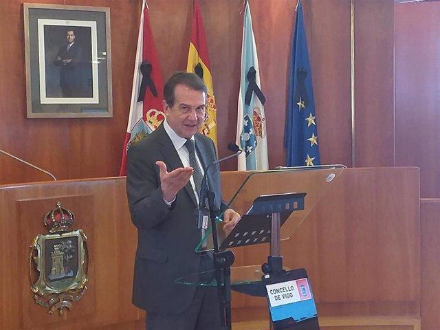 El alcalde de Vigo, Abel Caballero, en una rueda de prensa  en el salón de plenos del Ayuntamiento.