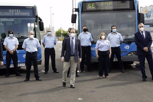 El delegado del Área de Medio Ambiente y Movilidad de Madrid, Borja Carabante, junto con el director gerente de la EMT, Alfonso Sánchez, agradece a los voluntarios de la Empresa Municipal de Transportes la labor realizada durante la crisis sanitaria
