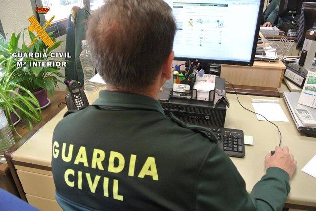 Guardia Civil investiga con ordenador, en una imagen de archivo