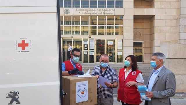 Reparto de msacarillas a Cruz Roja