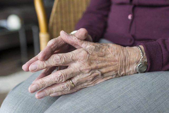 Manos de una anciana.