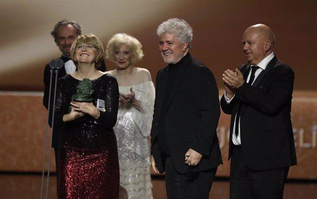 Pedro Almdóvar y el equipo de 'Dolor y gloria', con el Goya a Mejor Película de la pasada edición