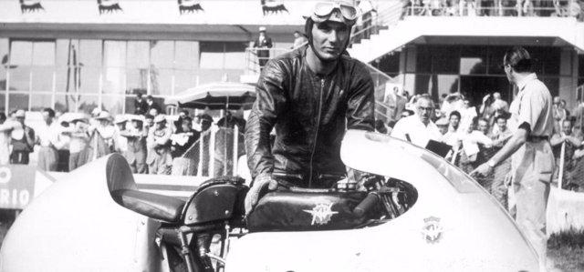 El piloto italiano Carlo Ubbiali, nueve veces campeón del mundo de motociclismo