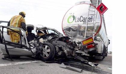 Rescatan a un conductor atrapado tras sufrir un accidente con un camión cisterna en Pilar de la Horadada