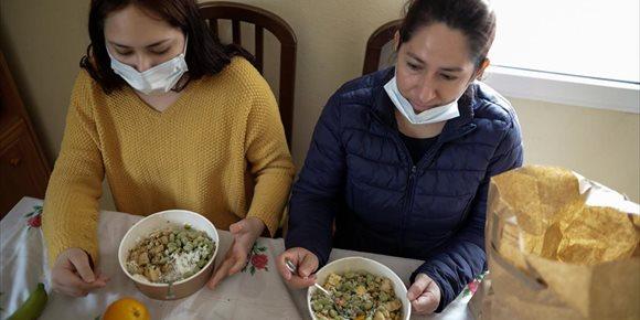 1. El Rey conversa por teléfono con el chef José Andrés, cuya ONG ofreció 1,7 millones de comidas a familias vulnerables