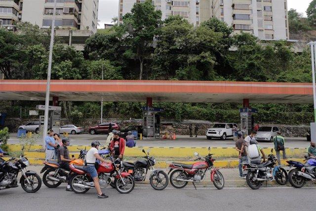 Cola en una gasolinera de Venezuela