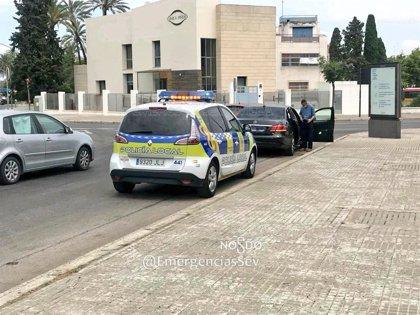 Un motorista sufre lesiones graves tras colisionar contra un VTC en la glorieta Plus Ultra en Sevilla