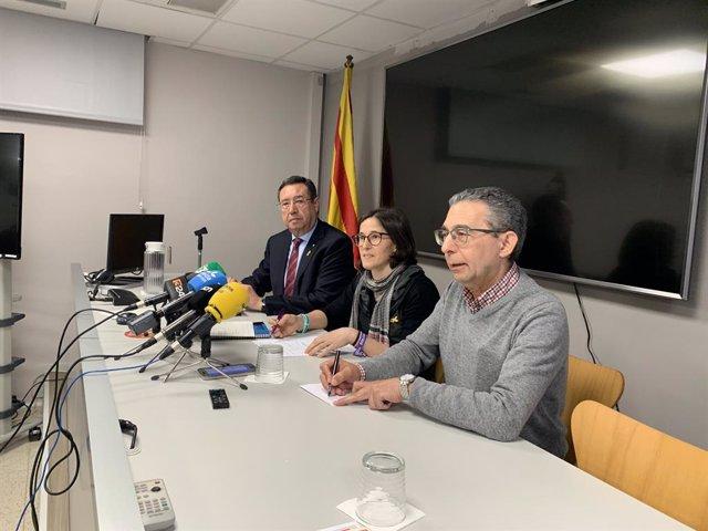 La gerent de la regió sanitària de Lleida, Divina Farreny (al centre), juntament amb el delegat territorial de la Generalitat, Ramon Farré (esquerra) i Pere Godoy, president de la Societat Espanyola d'Epidemiologia (dreta). (Arxiu)