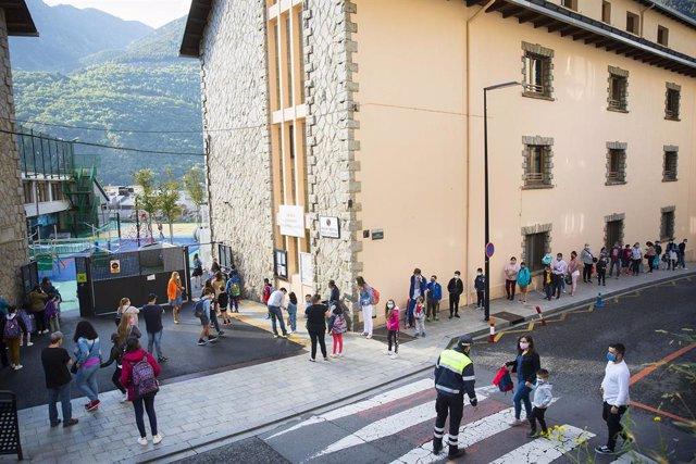 Els alumnes fan cua per entrar en una escola d'Andorra la Vella.