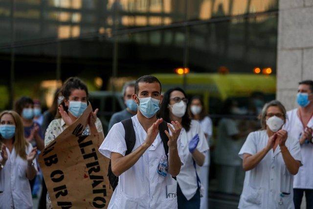 Personal sanitario del Hospital Clínico San Carlos de la Comunidad de Madrid aplauden.