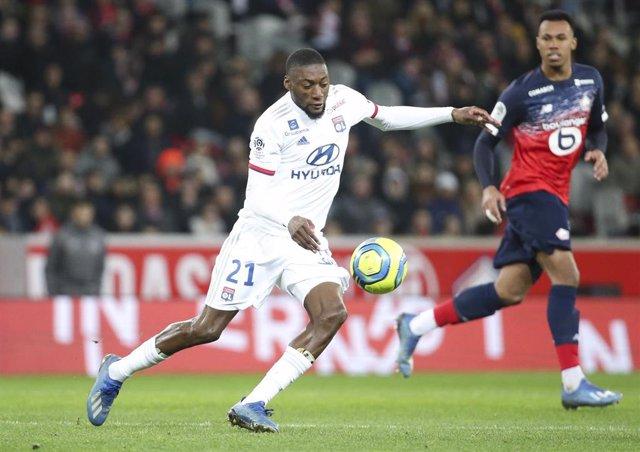 Karl Toko Ekambi en un partido con el Olympique de Lyon