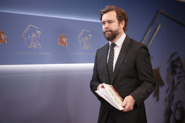 El portavoz de VOX en el Congreso, Iván Espinosa de los Monteros, en una rueda de prensa en la Cámara baja