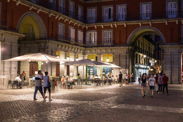 Cvirus.-Las terrazas de Madrid pueden abrir a las 8 de la mañana y ampliar cierre a 2.30 horas en zonas no residenciales