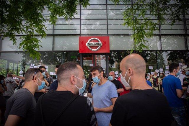 Treballadors de Nissan tallen la Gran Via de L?Hospital (Barcelona), prop del concessionari de Nissan Motor Llansà. A Barcelona, Catalunya (Espanya), a 29 de maig de 2020.
