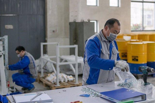 Trabajadores en una factoría en Shanghái