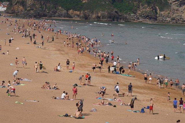 Ambiente en la playa de La Arena (Vizcaya)