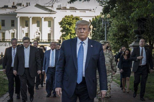 El president dels Estats Units, Donald Trump, es dirigeix cap a l'església de Saint John des de la Casa Blanca.