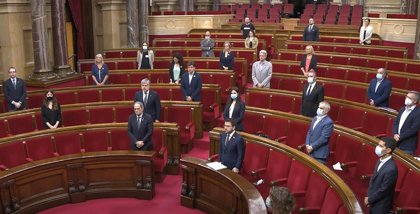 El pleno del Parlament vuelve a guardar un minuto de silencio por las víctimas de Covid-19