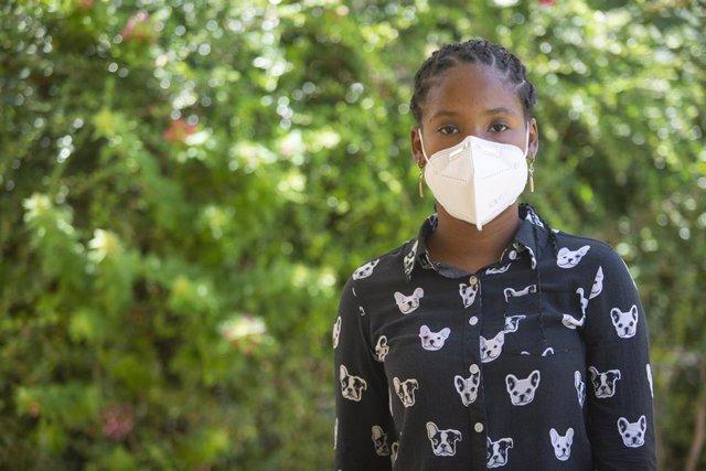 Una adolescente con mascarilla en República Dominicana