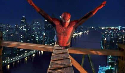 Spider-Man irrumpe en las protestas del Black Lives Matter y escala un puente en Manhattan