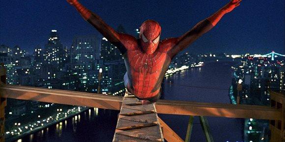 1. Spider-Man irrumpe en las protestas del Black Lives Matter y escala un puente en Manhattan