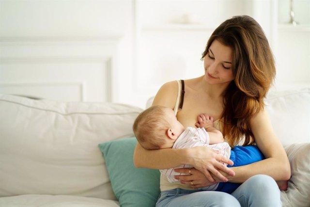 La madre también debe aprender a cuidarse durante la lactancia.