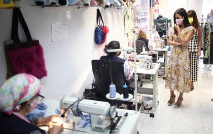 Mujeres víctimas de trata en Madrid han confeccionado mascarillas contra el virus en el confinamiento
