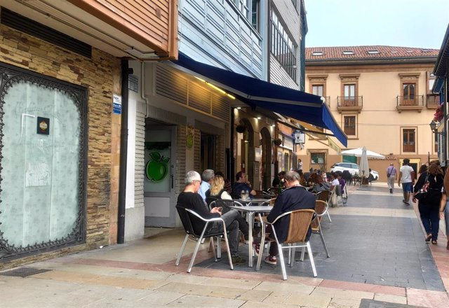 Personas en las terrazas de Oviedo durante la Fase 2 de la desescalada.