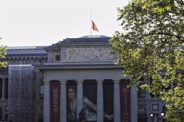 Bandera de España a media asta en el Museo del Prado