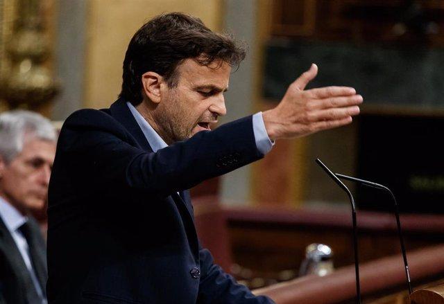El presidente de Unidas Podemos, Jaume Asens, interviene desde la tribuna durante la sesión del Congreso