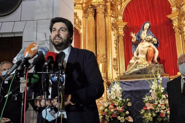 El jefe del Ejecutivo autonómico, Fernando López Miras, entrega la imagen de la Virgen de la Caridad, patrona de Cartagena, al hermano mayor del Santo y Real Hospital de la Caridad, José Vera, tras el proceso de recuperación al que ha sido sometida en el