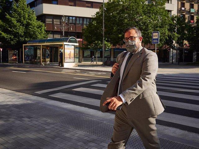 El vicepresidente primero y portavoz del Gobierno de Navarra, Javier Remírez, llegando al Parlamento de Navarra.