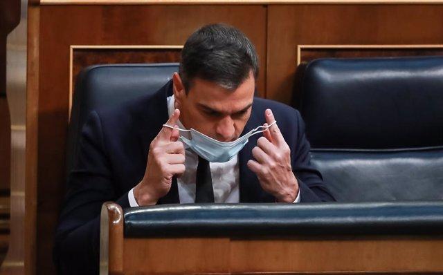 El presidente del Gobierno, Pedro Sánchez, se coloca su mascarilla durante la sesión en la que se ejercerá el control al Gobierno y se tratará la sexta prórroga del estado de alarma por la crisis del Covid-19. En Madrid, (España), a 3 de junio de 2020.