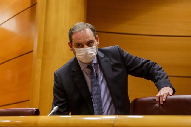 El ministro de Transportes, Movilidad y Agenda Urbana, José Luis Ábalos, protegido con mascarilla minutos antes de su comparecencia en el Senado este miércoles.
