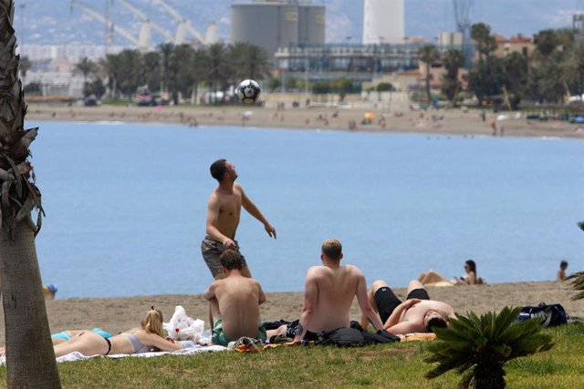 Los malagueños disfrutan de la playa durante el primer día de la Fase 2 donde ya está permitido el baño y tomar el sol en toda la Costa del Sol, en la imagen Playa de La Malagueta. Málaga a 01 de junio del 2020