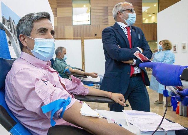 Pablo Zuloaga, vicepresidente cántabro, dona sangre en presencia del consejero de Sanidad, Miguel Rodríguez