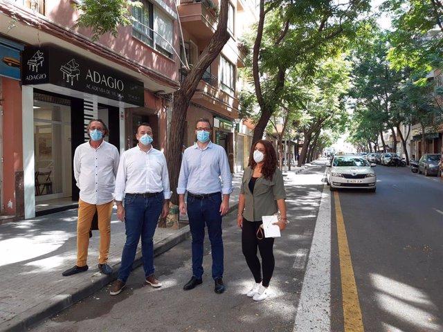 El alcalde, José Hila, ha visitado el carril bici que une las calles Andreu Torrens amb Andrea Doria.