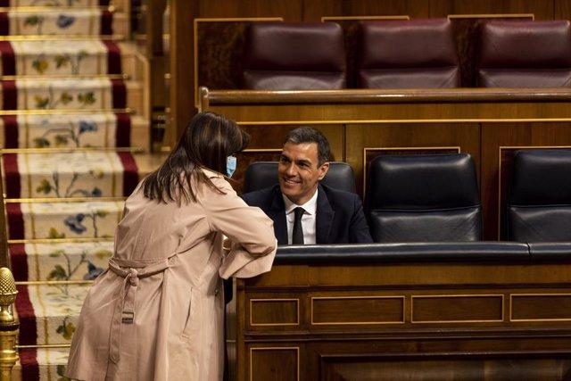 La portavoz del Grupo Junts per Catalunya en el Congreso de los Diputados, Laura Borràs, conversa con el presidente del Gobierno, Pedro Sánchez