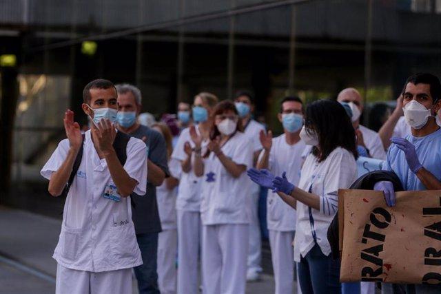 Personal sanitario del Hospital Clínico San Carlos de la Comunidad de Madrid aplaude durante la primera protesta de la desescalada con concentraciones en hospitales y centros de salud. En Madrid (España) a 25 de mayo de 2020.