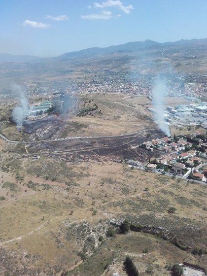 Infoca colabora en el control de un incendio de pasto y matorral en Padul (Granada)