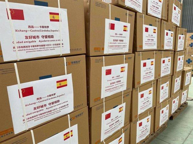 Cajas que contienen las mascarillas donadas por Xichang a Castro del Río.