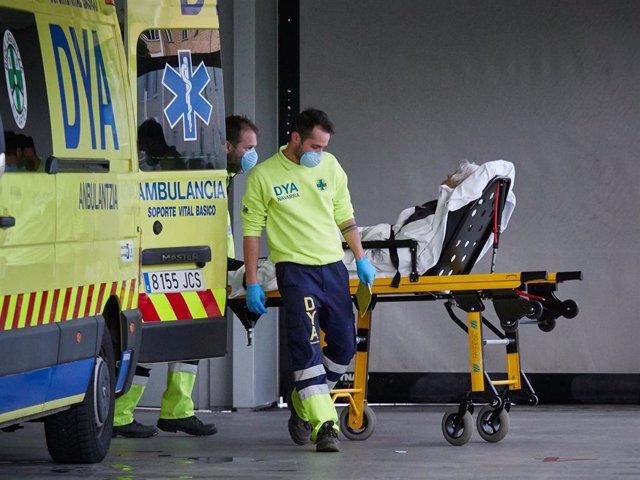 Miembros de una ambulancia del DYA Navarra procede al traslado de un paciente en el Complejo Hospitalario de Navarra durante a Pandemia Covid-19  en Abril 28, 2020 en Pamplona, Navarra, España