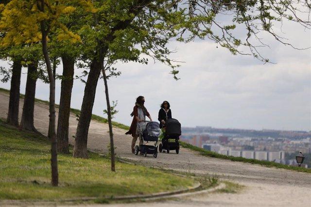 Dos mujeres pasean con sus bebés en carrito durante el segundo día de desconfinamiento de niños y preadolescentes durante el estado de alarma por la crisis del coronavirus en el que los menores de 14 años pueden salir durante una hora, de 09:00 a 21:00 ju