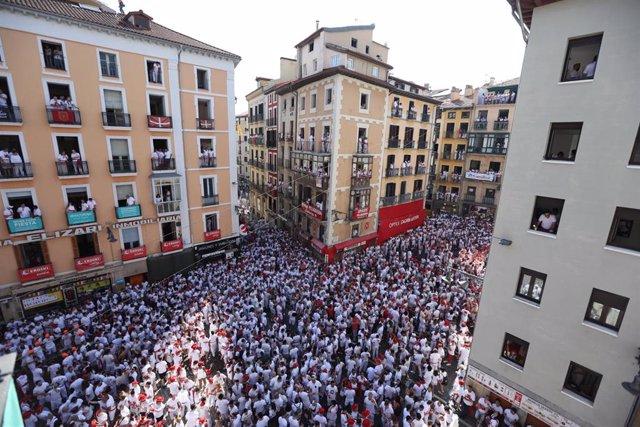 Miles de personas celebran el Chupinazo que da inicio a los San Fermines de 2019 en Pamplona (Navarra).