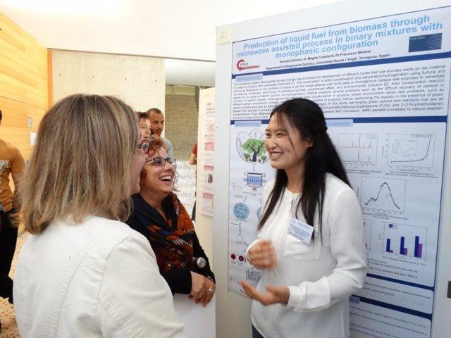 Una de las investigadoras predoctorales contratadas en la primera edición del programa europeo, Junjing Wang, durante el Doctoral Day de la Escola Tècnica Superior d'Enginyeria Química de la URV