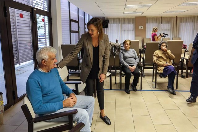 La conselleira de Política Social, Fabiola García, visita el centro de día de A Pobra.